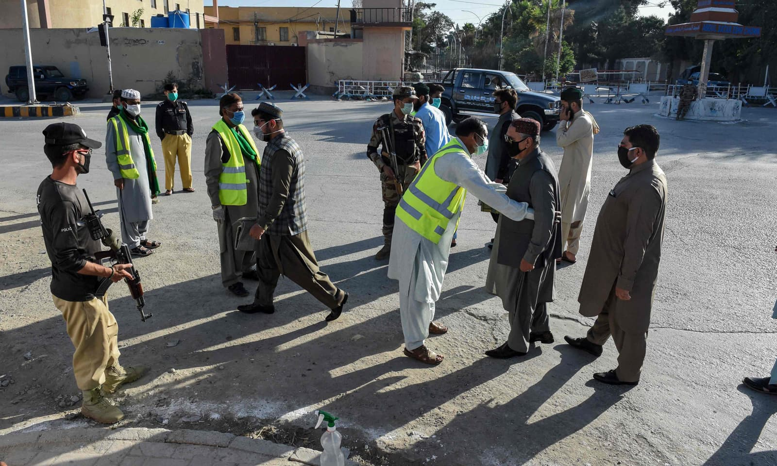 ملک بھر میں عیدالفطر کے موقع پر سخت حفاظتی انتظامات کیے گئے تھے— فوٹو: اے ایف پی