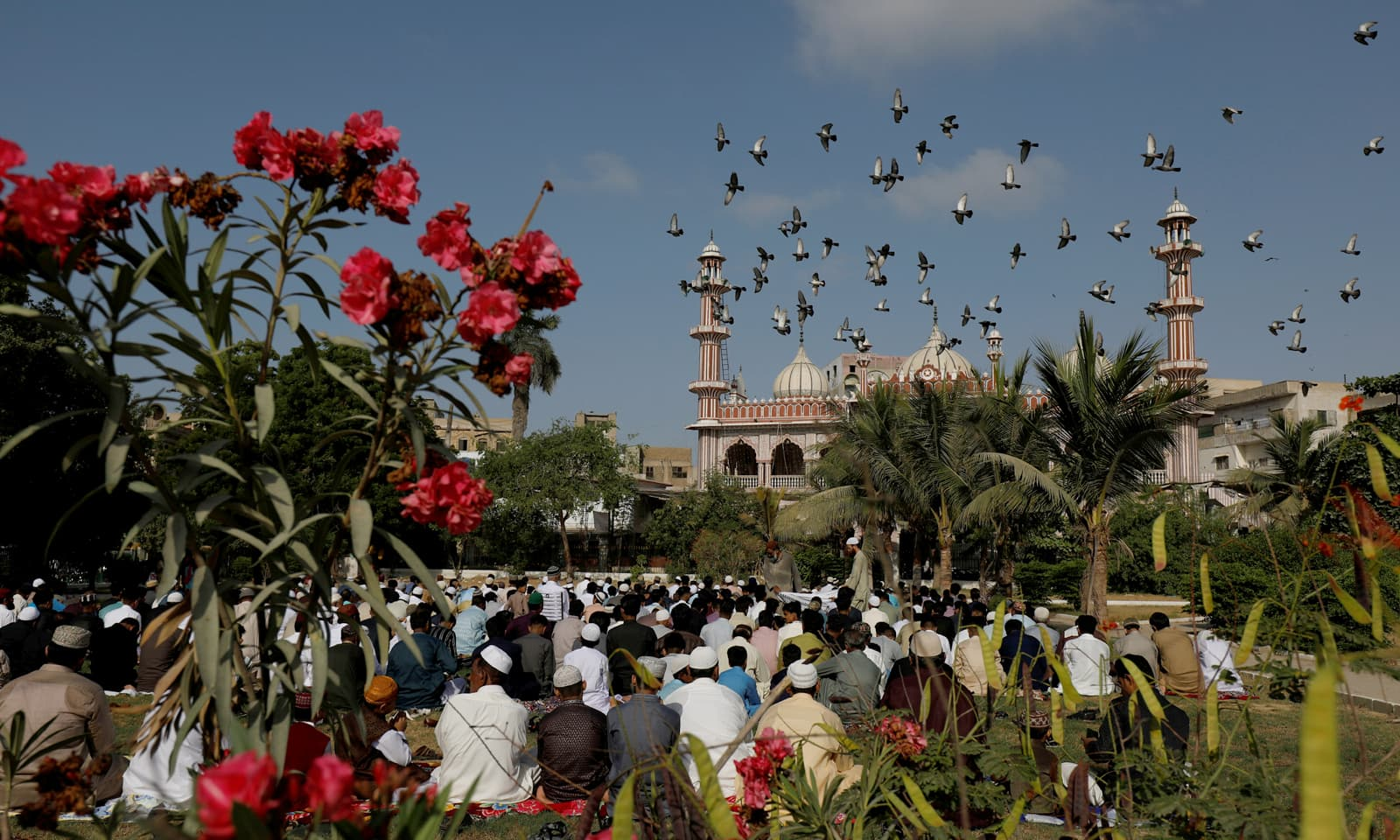 کراچی کی مسجد میں لوگ نماز عید کی ادائیگی کے بعد خطبہ سن رہے ہیں— فوٹو: رائٹرز