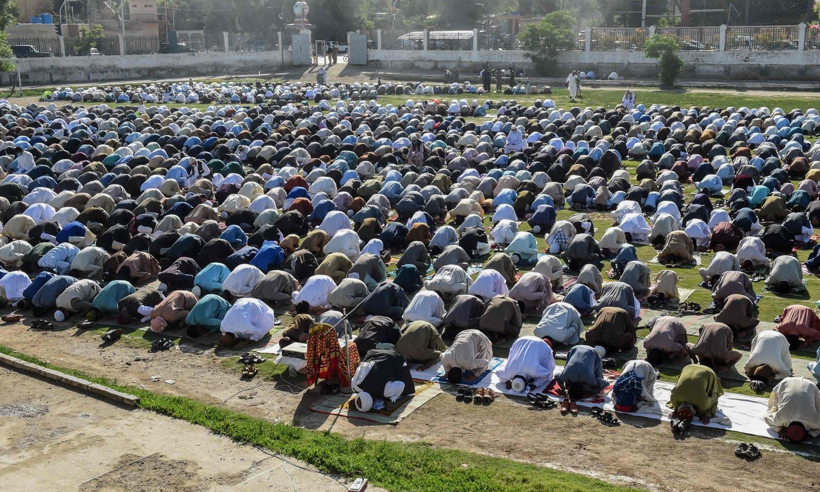 کوئٹہ میں نماز عید کی ادائیگی کے دوران اہل ایمان اپنے رب کے حضور سربسجود ہیں— فوٹو: اے ایف پی