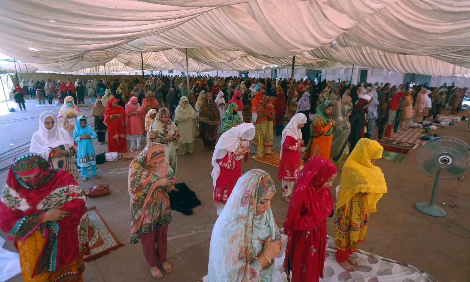 لاہور کی ایک عیدگاہ میں خواتین کے لیے نماز عید کا خصوصی اہتمام کیا گیا جس میں سماجی فاصلے کی پابندی بھی یقینی بنائی گئی— فوٹو: اے پی
