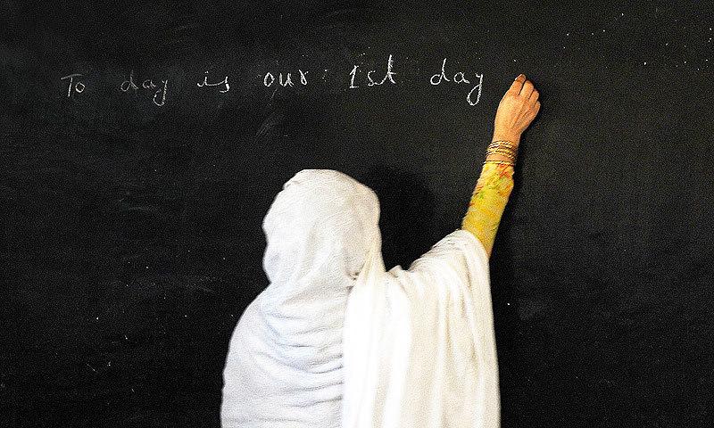 اسکول انتظامیہ نے شاداب خانم کو شوکاز نوٹس جاری کرکے ایک ہفتے کے اندر جواب طلب کرلیا —فوٹو: اے ایف پی