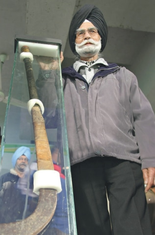 IN this Feb 6, 2009 file photo, India's three-time field hockey Olympic gold medallist Balbir Singh poses with the stick of Indian hockey legend Major Dhyan Chand Singh, with which Dhyan Chand played in the 1936 Berlin Olympics final, in Chandigarh.—AFP