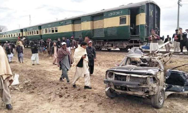 Victims' relatives, Pattoki residents stage protest on National Highway against Pakistan Railways. — DawnNewsTV/File