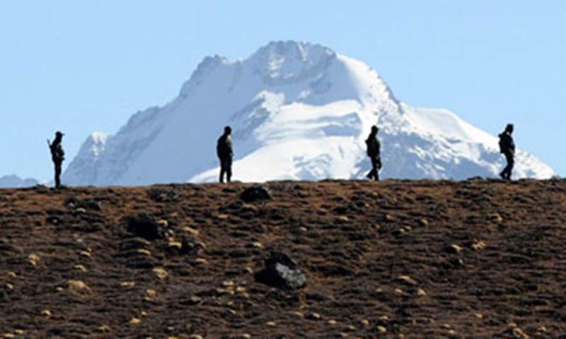 دونوں اطراف کے فوجی لداخ کی وادی گالوان میں کیمپ کرچکے ہیں اور ایک دوسرے پر متنازع سرحد پار کرنے کا الزام عائد کر رہے ہیں۔ — فوٹو:اے ایف پی