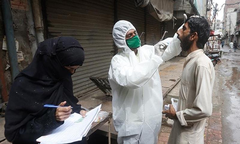 پاکستان میں کیسز میں تیزی سے اضافہ ہورہا ہے—فائل فوٹو: اے پی