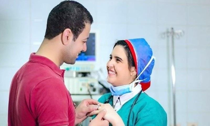کورونا کے مریضوں کا علاج کرنے والے ڈاکٹرز کی منگنی کی تصاویر وائرل