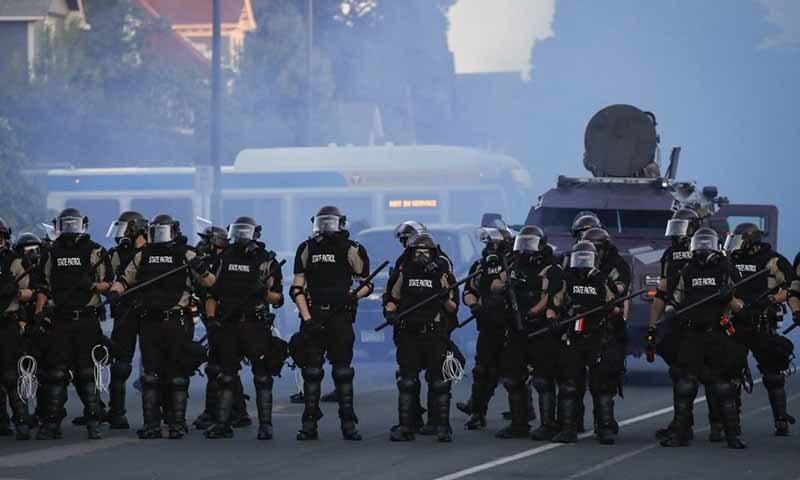 پولیس کی برسائی جانے والی گولیاں اور شیلز لگنے سے متعدد لوگ زخمی ہوئے—تصویر: اے پی