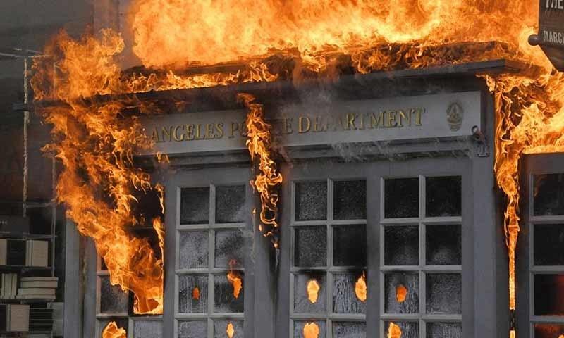 مظاہرین نے پولیس اسٹیشنز سمیت اہم عمارتوں کو نذر آتش کردیا—تصویر: اے پی