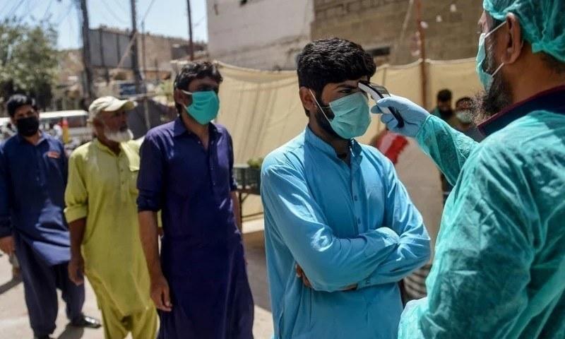 پاکستان میں کورونا کے مریضوں کی تعداد تیزی سے بڑھ رہی ہے—فائل فوٹو: اے ایف پی