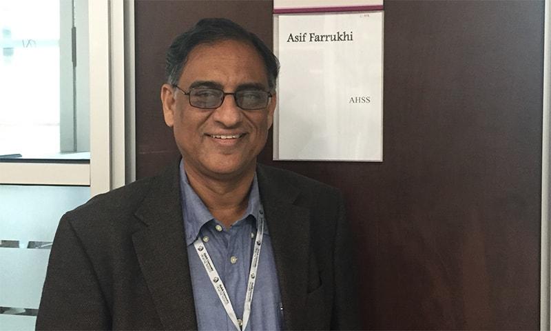 ساری زندگی انگریزی اور اردو زبان میں لکھتے اور پڑھتے رہے۔ دنیا بھر میں کہاں کیسا فکشن لکھا جا رہا ہے، پاکستان میں رہتے ہوئے اس سے باخبر رہتے— تصویر بشکریہ: ٹوئیٹر