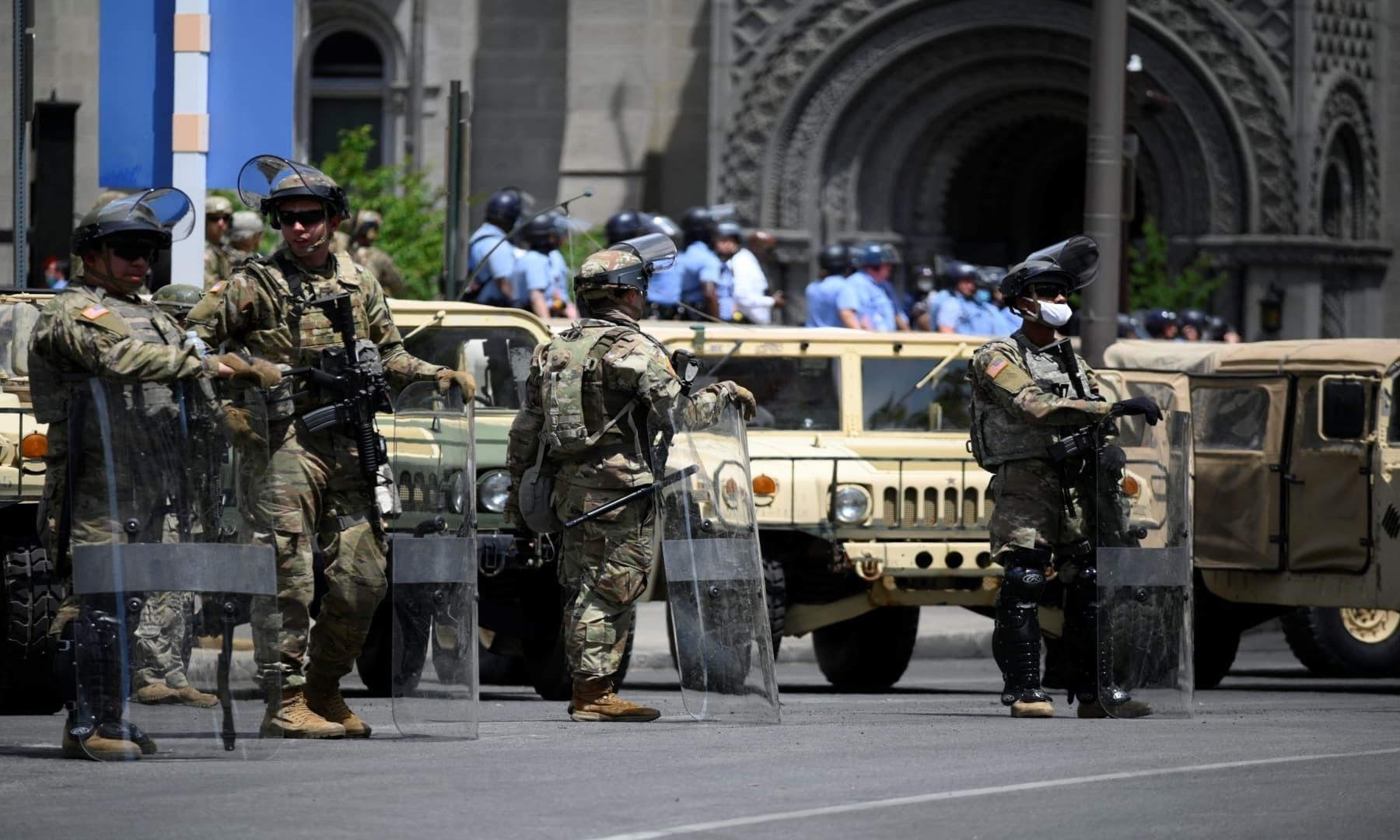 پینسلوینیا میں ہونے والے پرتشدد مظاہروں سے نمٹنے کے لیے پولیس کی معاونت کے لیے نیشنل گارڈز کو بھیج دیا گیا — فوٹو: رائٹرز