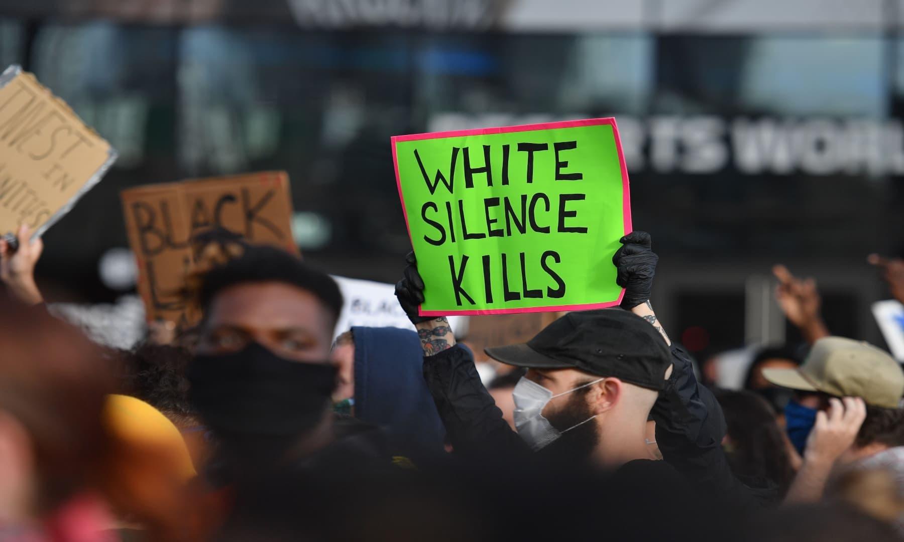 نیویارک میں احتجاج کے دوران عوام نے پلے کارڈز اٹھائے ہوئے تھے جس پر درج تھا کہ سیاہ فارم افارد کی زندگی بھی معنی رکھتی ہے— فوٹو: اے ایف پی