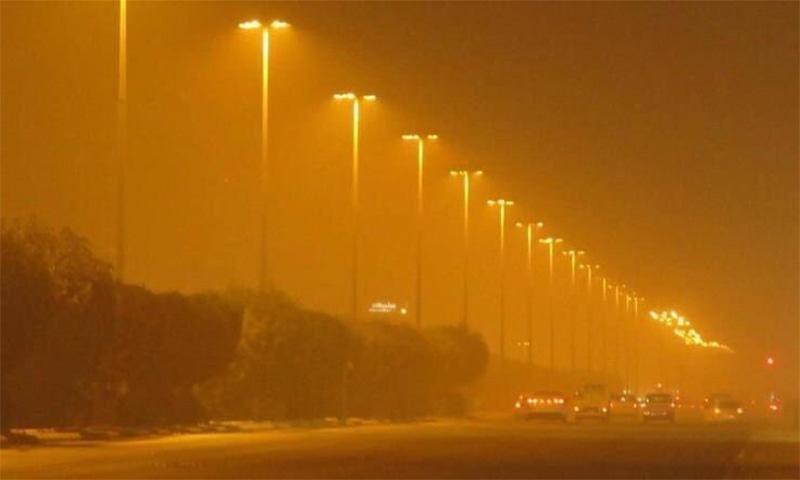 کراچی میں آندھی اور گرردوغبار کے سبب ہرسو اندھیرا چھا گیا— فوٹو بشکریہ ٹوئٹر