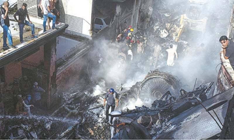 مسافر طیارہ کراچی ایئرپورٹ کے قریب ماڈل کالونی کے گنجان آباد علاقے میں گر کر تباہ ہوگیا تھا—فائل فوٹو: اے پی پی
