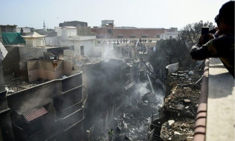 وزیر ہوا بازی صوبائی دارالحکومت لاہور میں 22 مئی کو طیارہ حادثے میں جاں بحق ہونے والے افراد کے لواحقین سے تعزیت کے لیے آئے تھے—فائل فوٹو: اے ایف پی