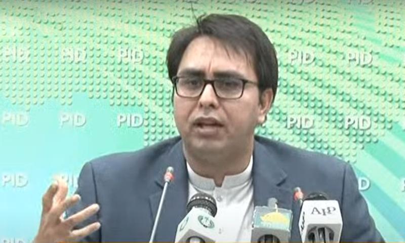 وزیر اعظم کے معاون خصوصی برائے سیاسی روابط شہباز گل اسلام آباد میں پریس کانفرنس کر رہے ہیں — فوٹو: ڈان نیوز