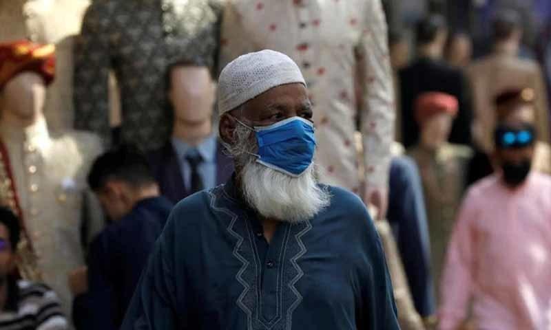 پاکستان میں جمعہ کے روز 24 گھنٹوں میں ہونے والی اموات کی اب تک کی سب سے بڑی تعداد ریکارڈ کی گئی — تصویر: اے ایف پی