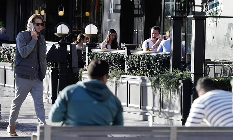 نیوزی لینڈ میں پابندیاں ہٹنے کے بعد کرائسٹ چرچ میں عوام ریسٹورنٹ میں بیٹھے ہوئے ہیں— فوٹو: اے پی