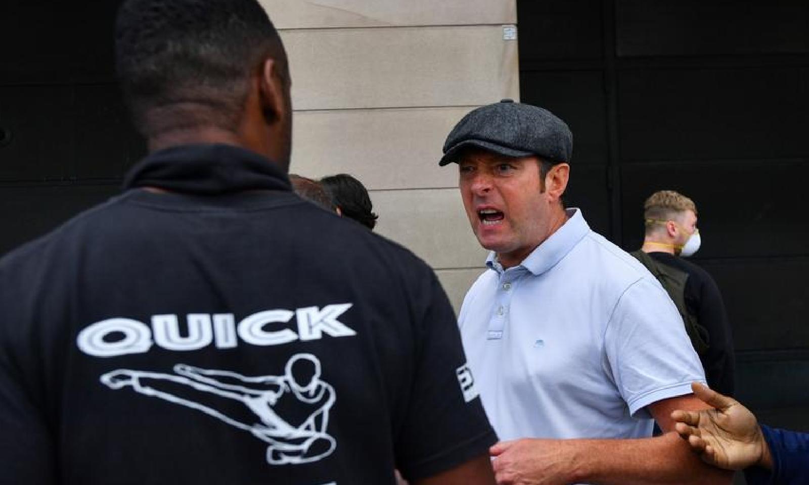 لندن میں دائیں بازو کے سخت گیر نظریات کے حامل افراد نے نسل پرستانہ نعرے لگائے—فوٹو:رائٹرز