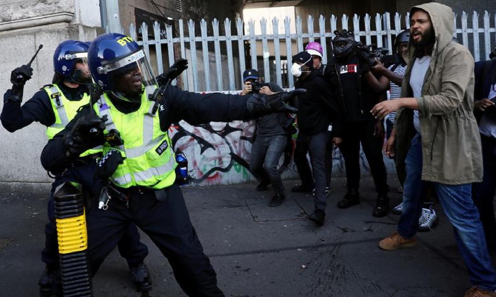 پولیس نے ریلی کے شرکا کے درمیان دیوار بنا کر تصادم سے روکنے کی کوشش کی—فوٹو:رائٹرز