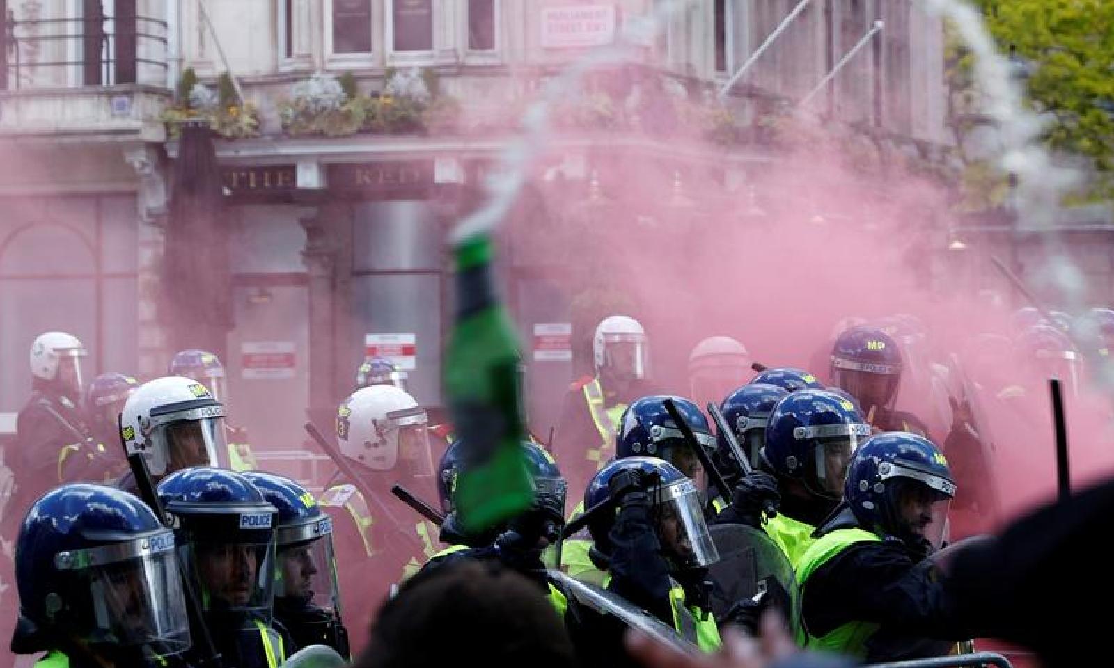 پولیس نے ریلیوں کے شرکا کو قابو کرنے کی کوشش کی—فوٹو:رائٹرز