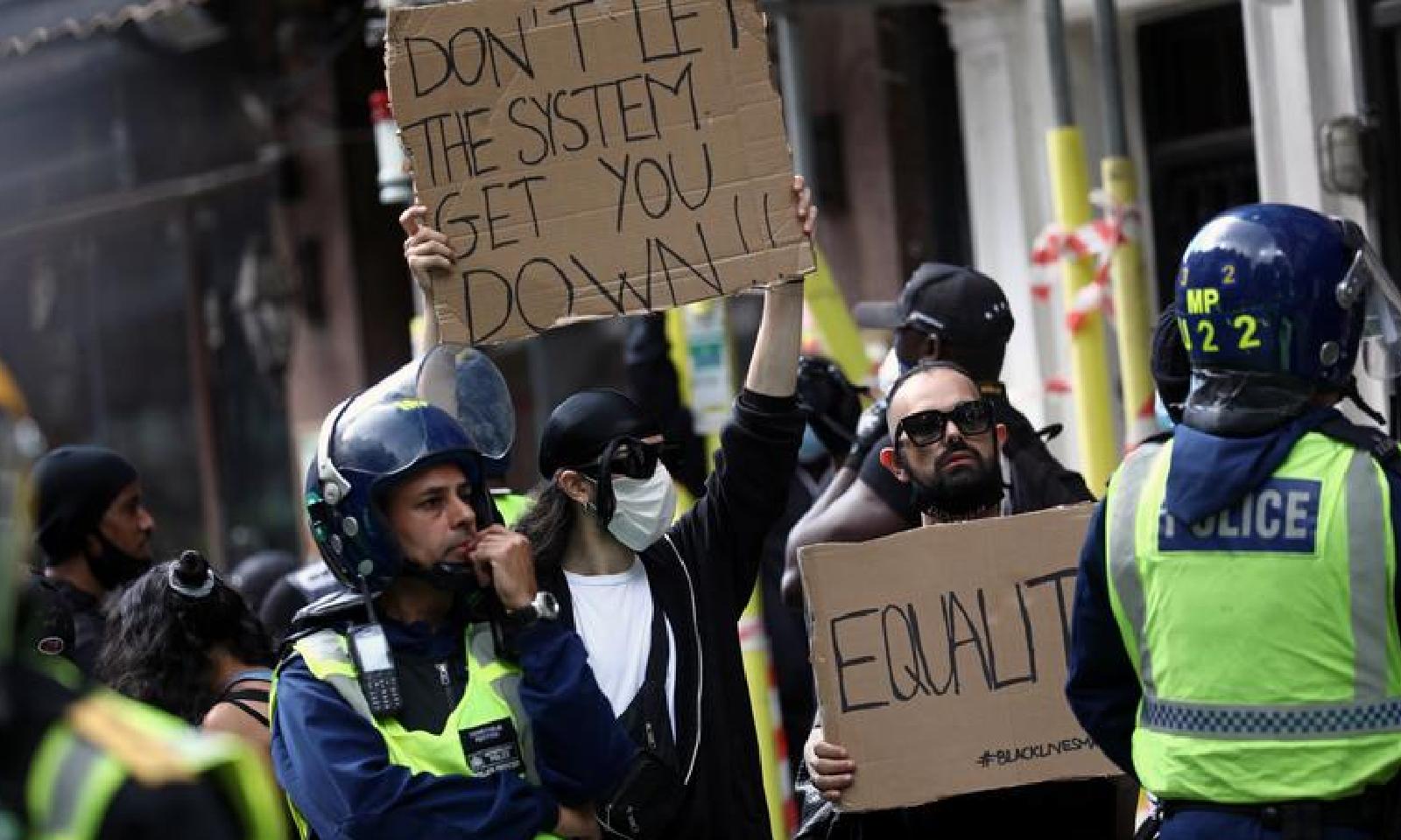 مظاہرین نے پلے کارڈز بھی اٹھا رکھے تھے—فوٹو:رائٹرز