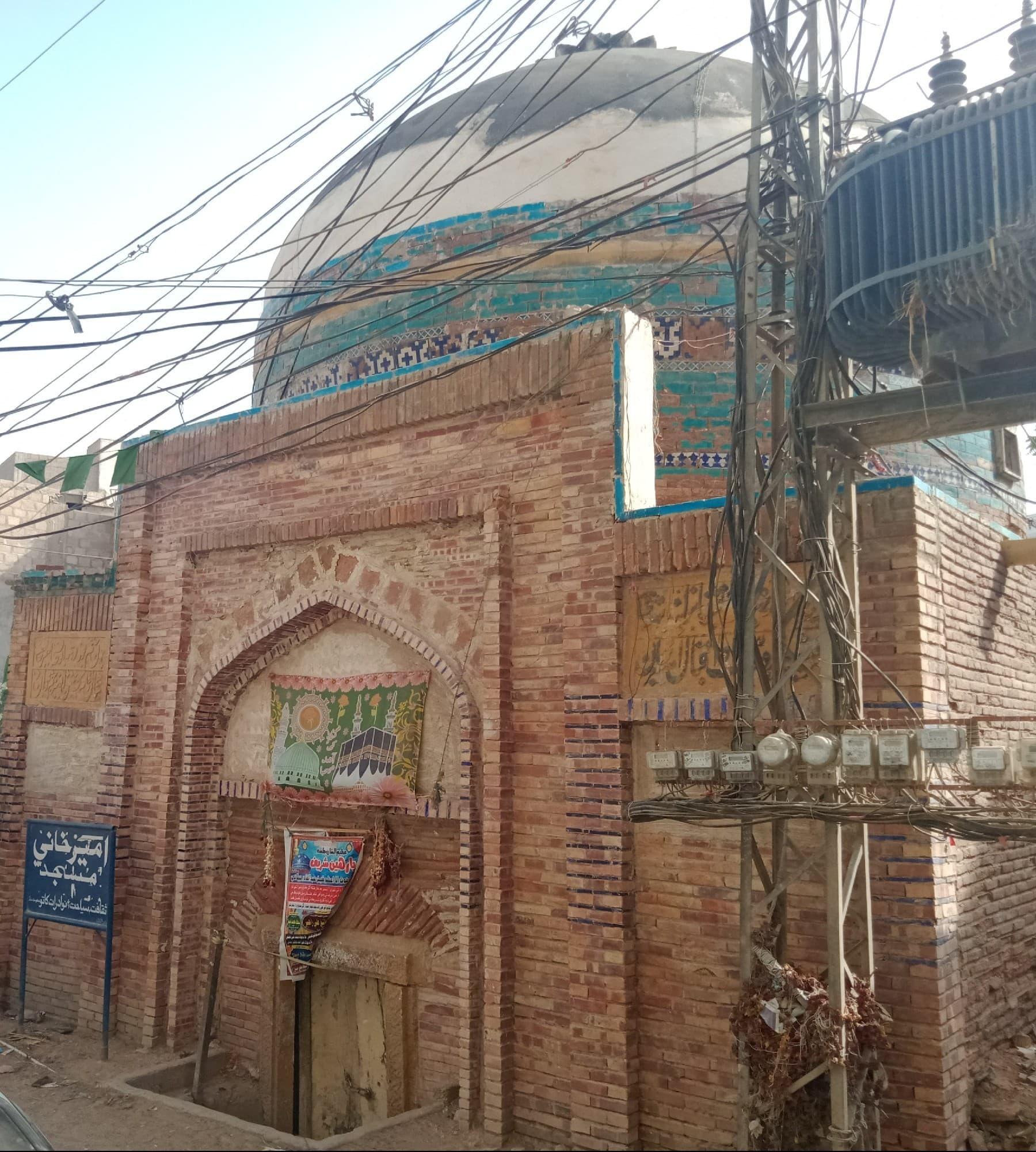 بدذوقی کی حد یہ ہے کہ ایک بجلی کا ٹرانسفارمر مسجد کی شمال میں نصب کیا ہوا ہے