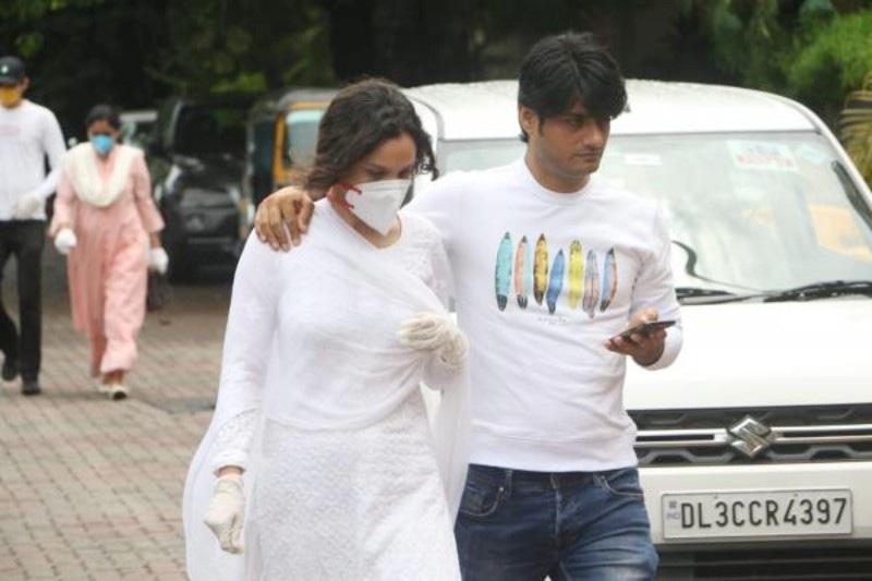 سشانت سنگھ راجپوت کی سابق گرل فرینڈ انکتا لوکھنڈے بھی 15 جون کو اداکار کے اہل خانہ سے تعزیت کے لیے پہنچیں—فوٹو: پنک ولا