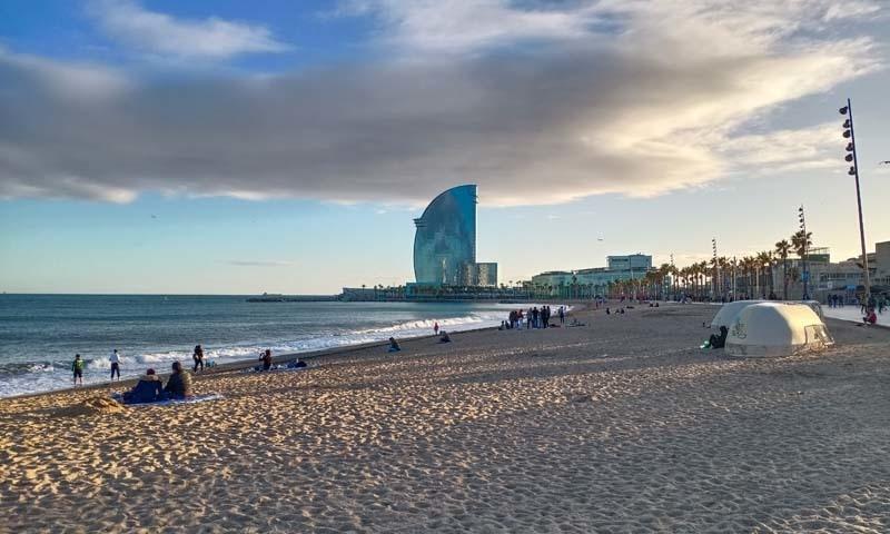 بارسیلونا کا ساحل جہاں موسمِ گرما میں سیاحوں کا رش دیدنی ہوتا ہے— عظمت اکبر