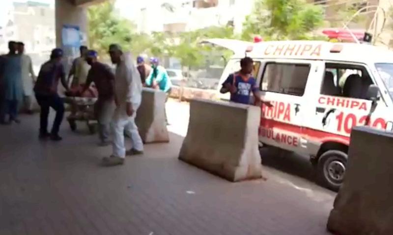 پولیس کے مطابق انجمن اسلامیہ اسکول میں قائم احساس پروگرام کے دفتر پر ہونے والے حملے میں 5 سے 6 افراد زخمی ہوئے ہیں -  فوٹو:ڈان نیوز