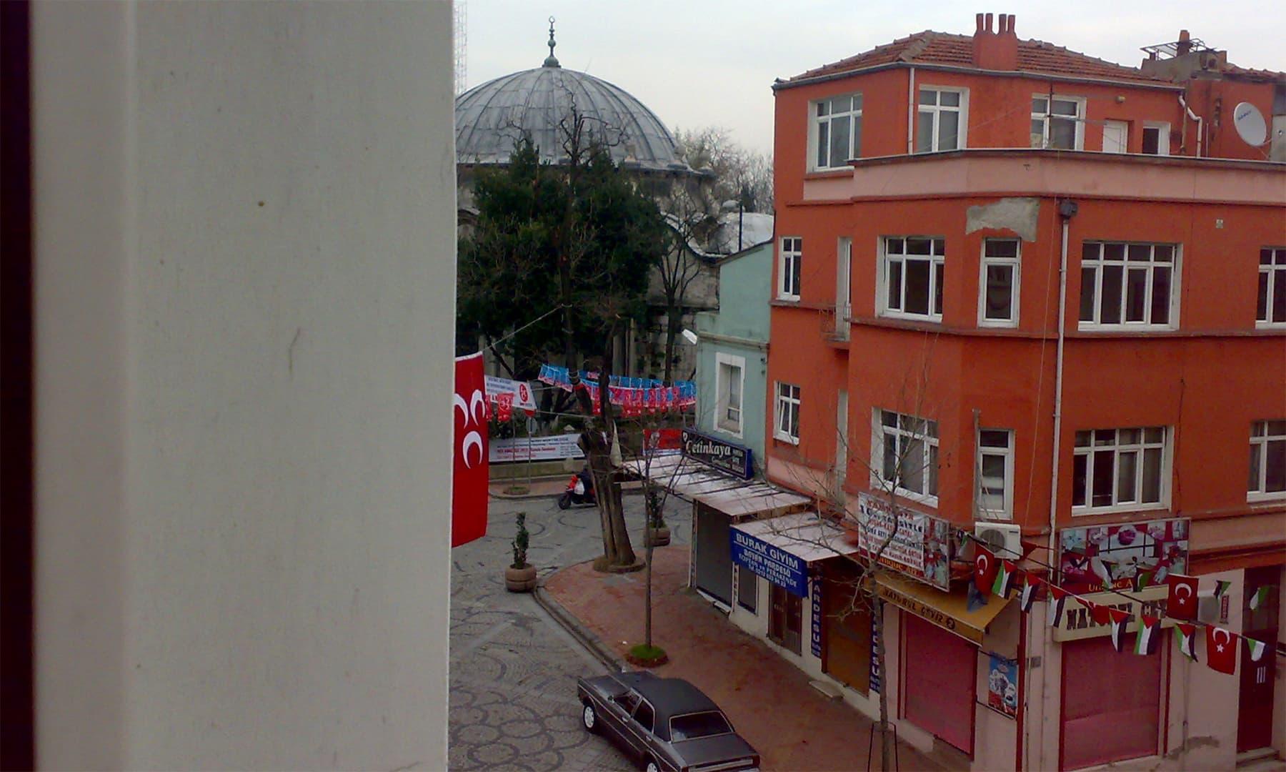استنبول میں میری عارضی قیام گاہ کی کھڑکی سے نظارہ