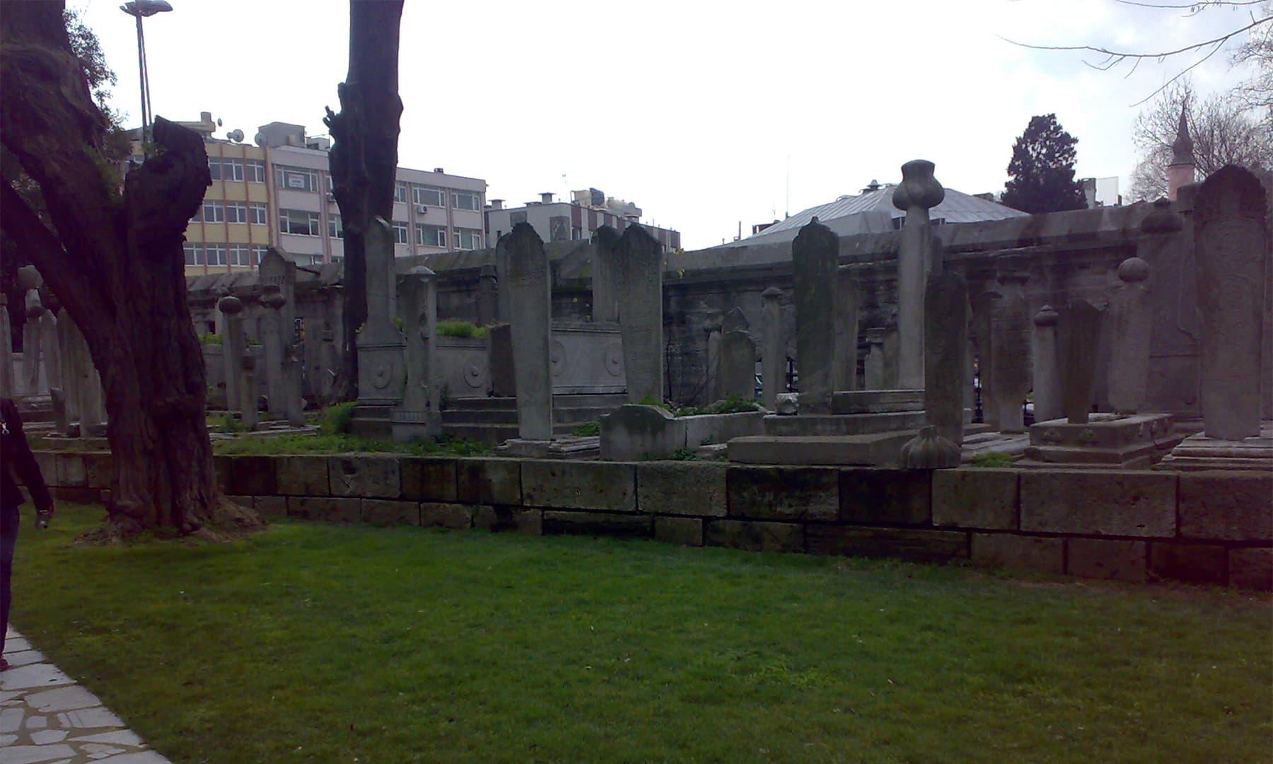 قبرستان میں موجود اونچے لمبے کتبے والی قبریں