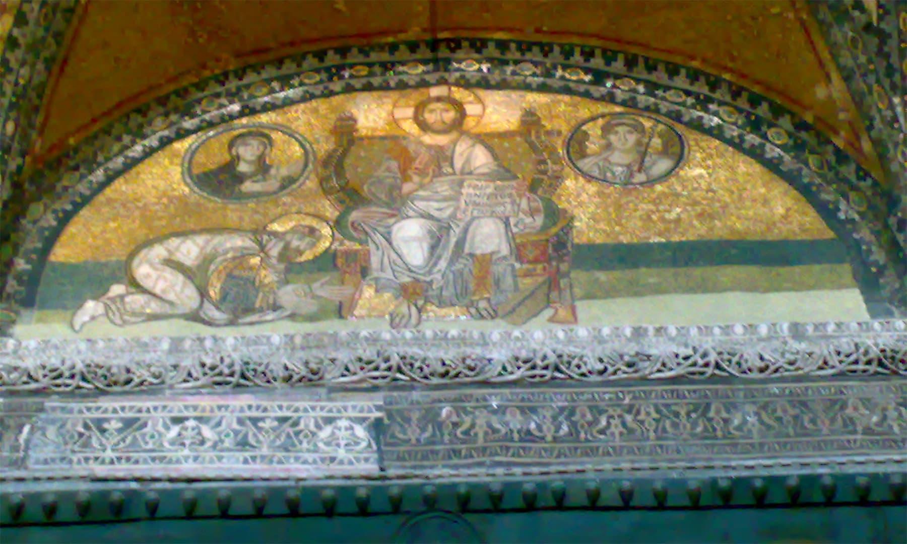 آیا صوفیہ کی دیواروں پر کئی جگہ مسیحی تصاویر نظر آتی ہیں