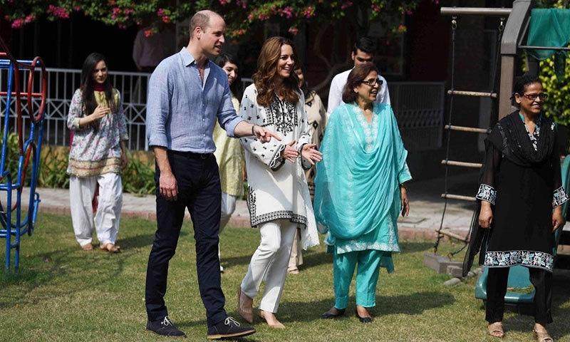 برطانوی شاہی جوڑا پاکستان میں لاہور کے ایس او ایس ولیج کے دورے کے موقعے پر — تصویر بشکریہ  آلامی