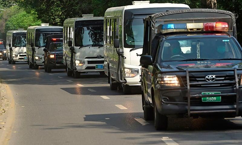 قومی ٹیم کو انتہائی سخت سیکیورٹی میں لاہور ایئرپورٹ پہنچایا گیا— فوٹو: اے ایف پی