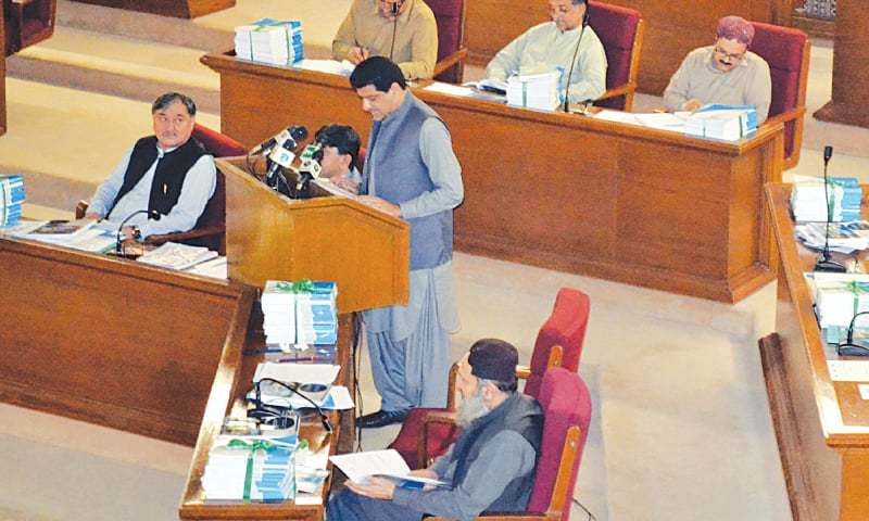 BALOCHISTAN Finance Minister Mir Zahoor Ahmed Buledi presenting the budget for the year 2019-20 in the provincial assembly on Wednesday. —PPI/File