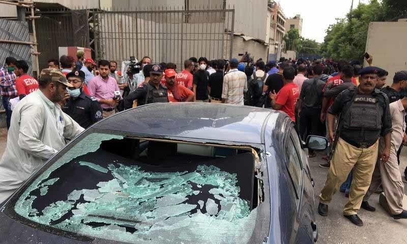 حملہ آوروں سے اسلحہ اور دستی بم بھی برآمد ہوئے—تصویر: رائٹرز
