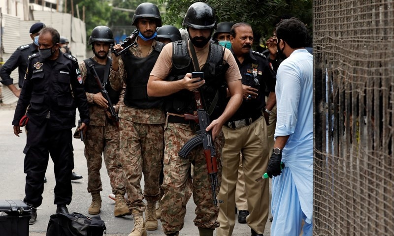 واقعے کے فوراً بعد سیکیورٹی اداروں کے اہلکاروں کی بڑی تعداد جائے وقوع پر پہنچ گئی—تصویر: رائٹرز