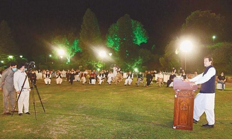 وزیر اعظم عمران خان عشائیے کی تقریب سے خطاب کر رہے ہیں - فوٹو:ڈان