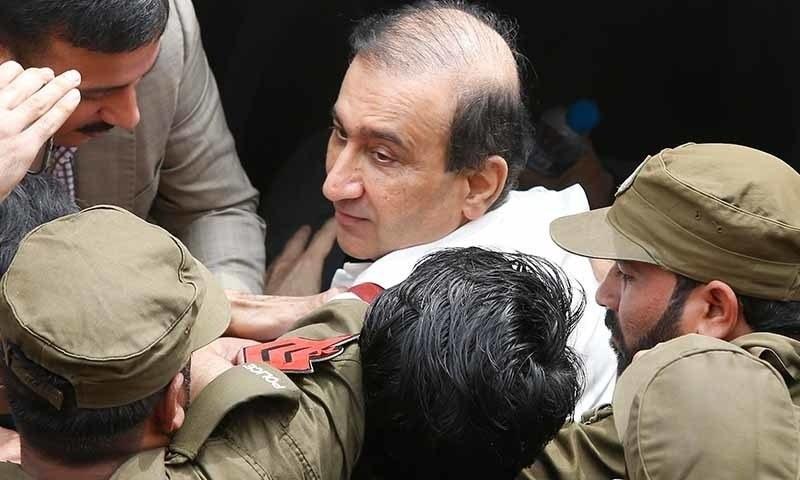 لاہور کی احتساب عدالت میں میر شکیل الرحمٰن کو کورونا وائرس کے ایس او پیز کے تحت پیش نہیں کیا گیا۔ فائل فوٹو:اے ایف پی