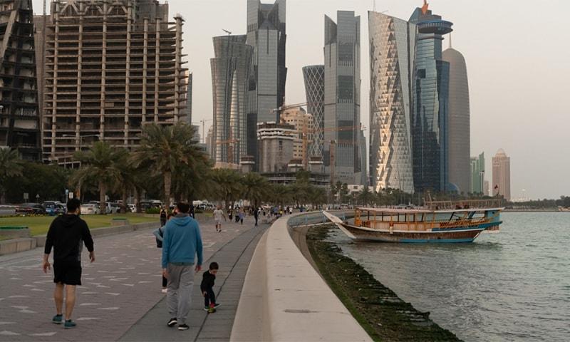 قطر میں کورونا کے سبب لگائی گئی پابندیوں میں نرمی کی گئی ہے— فوٹو: اے ایف پی