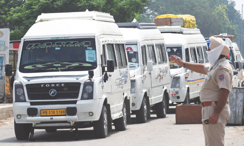 AMRITSAR: Vehicles carrying officials of the Pakistan High Commission in New Delhi and their families arrive near the Wagah border crossing on Tuesday. They were returning to Pakistan after the two neighbours recently decided to slash their diplomatic staff by half.—AFP