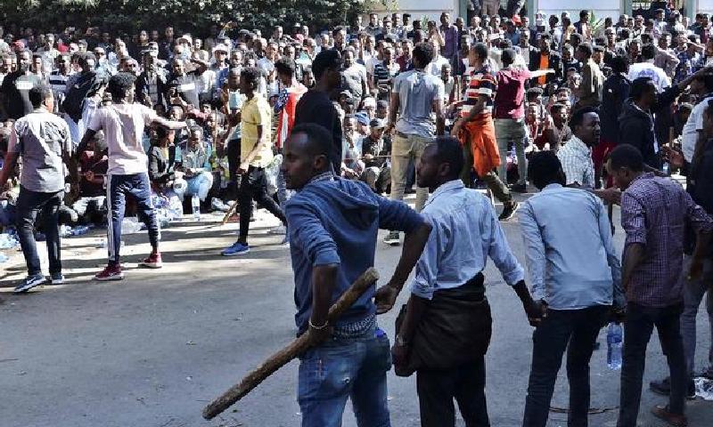پولیس پر بھی پتھراؤ کیا گیا—فوٹو:اے ایف پی