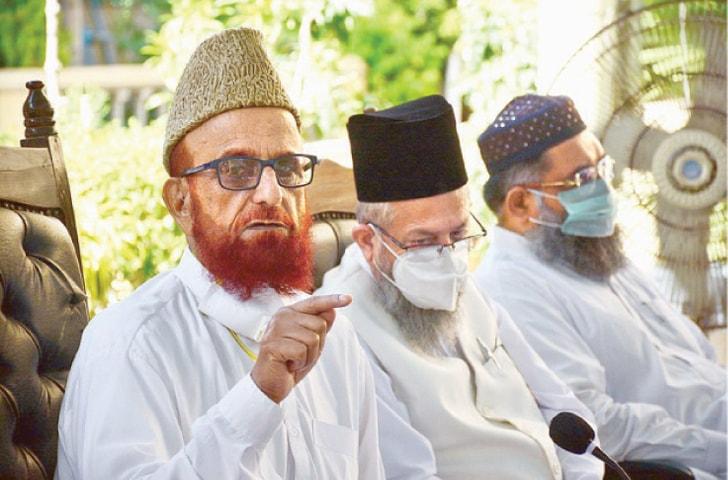 KARACHI: Ruet-i-Hilal Committee chairman Mufti Munib-ur-Rehman and other clerics addressing a press conference on Thursday.—APP