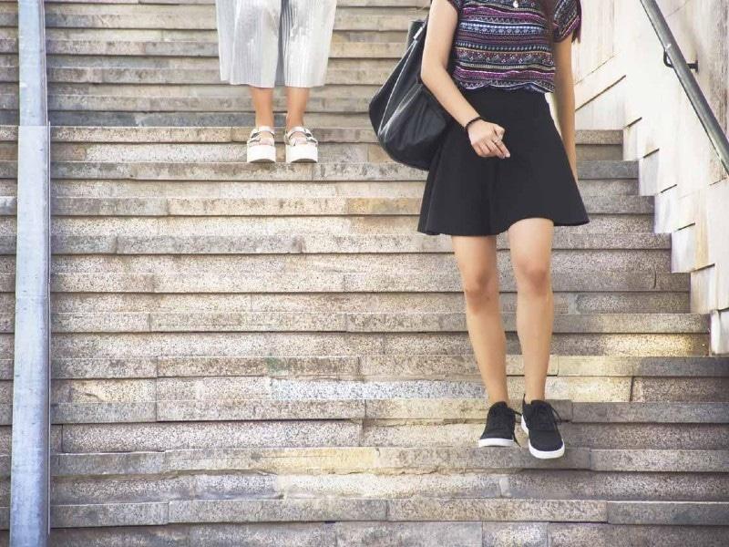 متعدد یورپی ممالک میں سیڑھیوں میں خفیہ کیمرے نصب کیے جاتے ہیں تاکہ خواتین کی نازیبا تصاویر یا ویڈیوز بنائی جاسکیں—فوٹو: دی انڈیپینڈنٹ