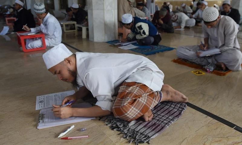 وفاق المدارس کا مؤقف ہے کہ امتحانات میں سماجی فاصلہ برقرار رکھا جاسکتا ہے —فائل فوٹو: اے ایف پی