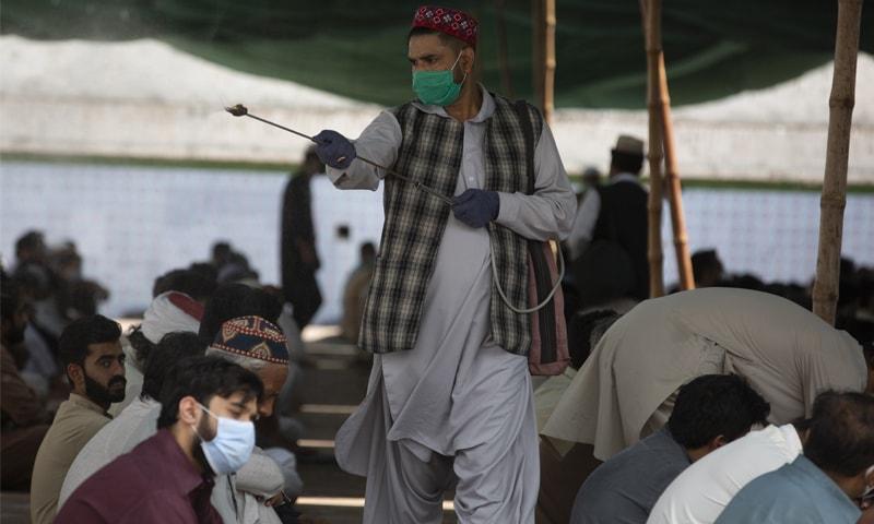 پاکستان میں کیسز کی یومیہ تعداد میں کمی ہوئی ہے—فائل فوٹو: اے پی