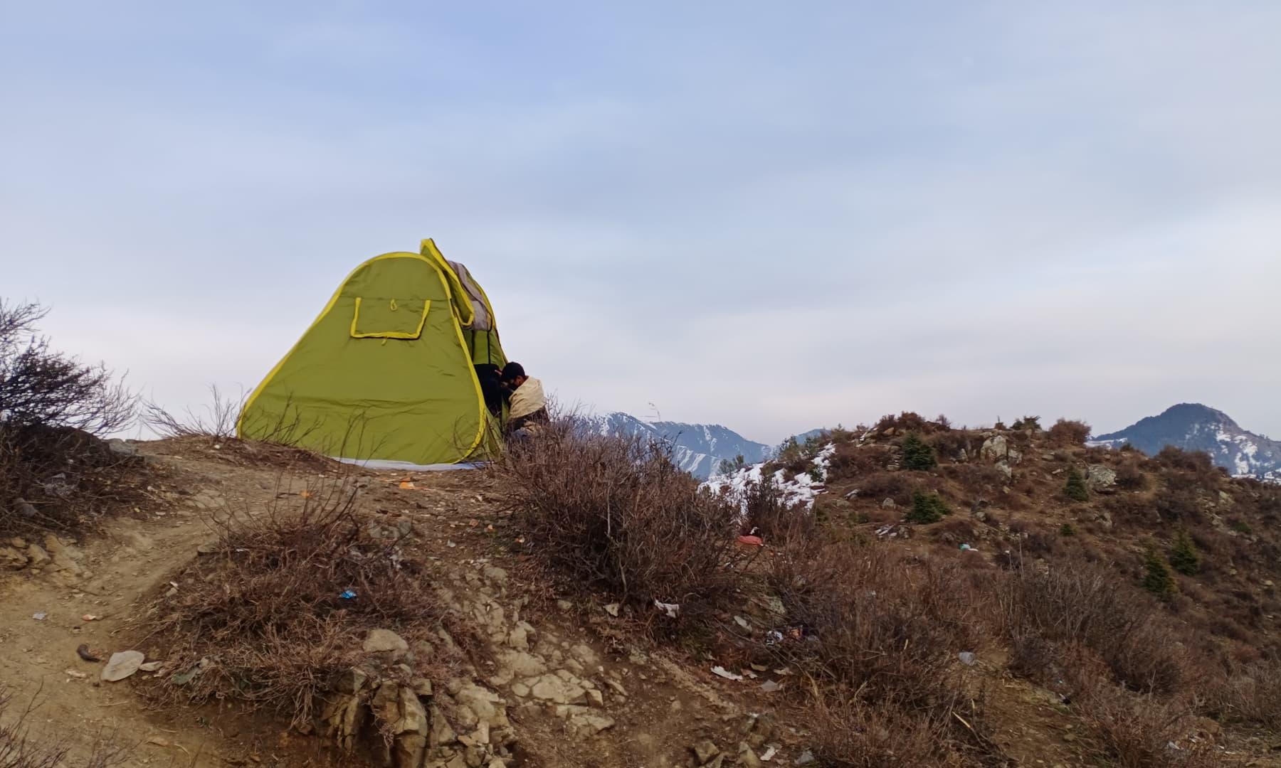 ہم ٹاپ پر ایک سیاح کے لگائے خیمے کے پاس پہنچے—عظمت اکبر