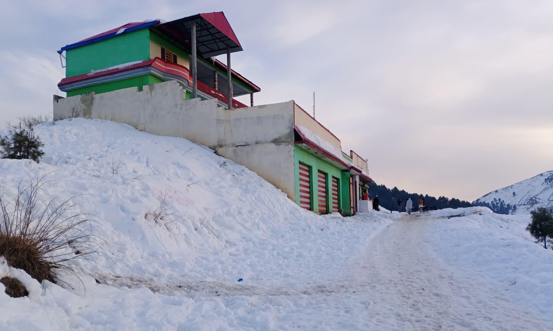 یہاں ہر سال دسمبر سے اپریل تک کئی کئی فٹ برف باری ہوتی ہے—عظمت اکبر