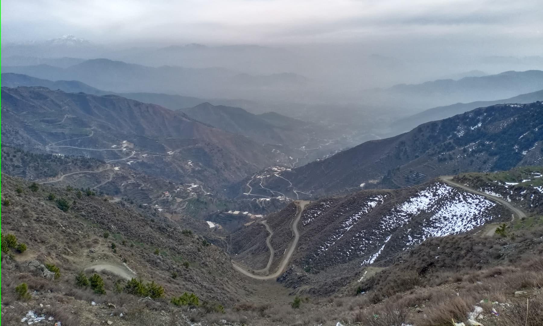 ٹاپ سے بونیر، سوات کی بلند چوٹیاں اور اس کے درمیان موجود سوات ایکسپریس وے کا خوبصورت نظارہ—عظمت اکبر